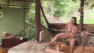 Девушка мастурбирует во время бритья киски