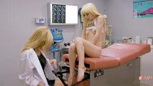 Пациентка не сдержалась и обрызгала лицо доктора сквиртом