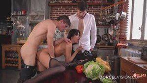 Мариска показывает сиськи в дорогом ресторане, а Клиа Готье идёт трахаться с двумя официантами на кухне