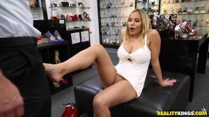 Продавец долго примеривал девушке туфли и не сдержавшись в итоге, стал лизать ей ноги