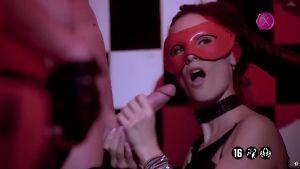 Девушка в военной советской фуражке заставляет сосать другую какому-то чудищу в маске