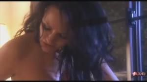 Страстный секс двух красоток-лесбиянок