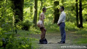 Извращённый муж заставил жену раздеться и ходить голой по лесу