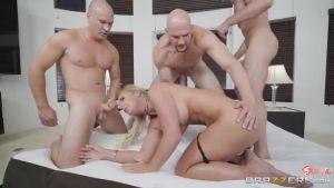 Порнозвёзды проходят анальные испытания в надежде выиграть главный приз