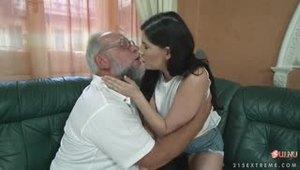 Дедушка оказался слишком чувствительным перед лицом молодой девчонки