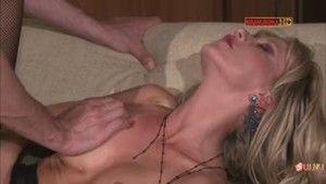 Страстный секс в рваных колготках в сеточку