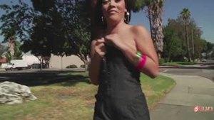 Кристина Роуз показывает сиськи на улице и дрочит водителю фургона