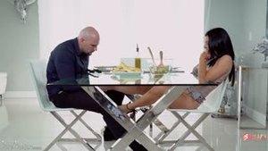 Взрослая женщина соблазнила мужчину за столом