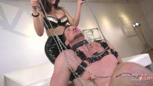Стефани Уэст занимается фейсситингом с покорным рабом
