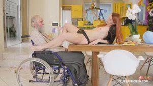 Неугомонная малолетка совращает деда на инвалидной коляске