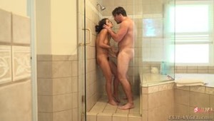 Адриана Чечик сосёт в душе, после чего следует секс от первого лица на кровати