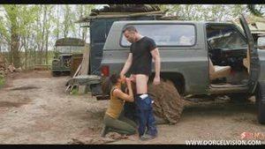 Лейтенант заставил девушку выплюнуть сперму автослесаря и сам дал ей в рот