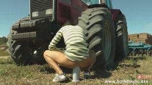 ХотКинкиЙо анально садится на огромную игрушку возле трактора
