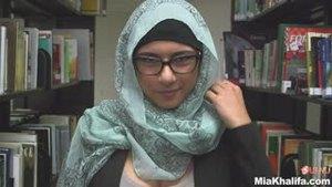 Девушка из Ливана мастурбирует в библиотеке
