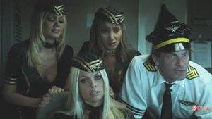 Порноактрисы вместе с диспетчером посадили пассажирский самолёт и отмечают это сексом (eng)